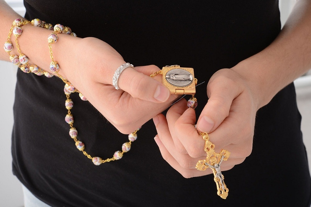 Come recitare il rosario – i 10 passaggi fondamentali