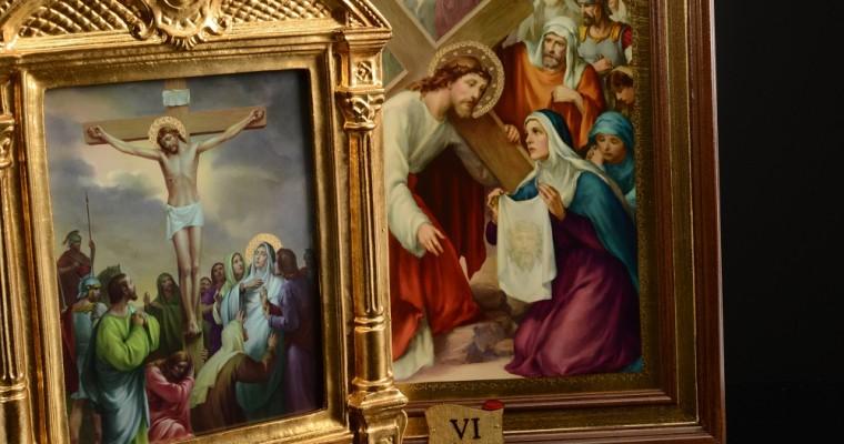 Commemorare il percorso doloroso di Cristo tramite la Via Crucis