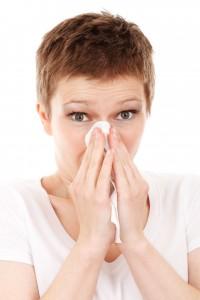 Donna con raffreddore respira gocce di olio 31