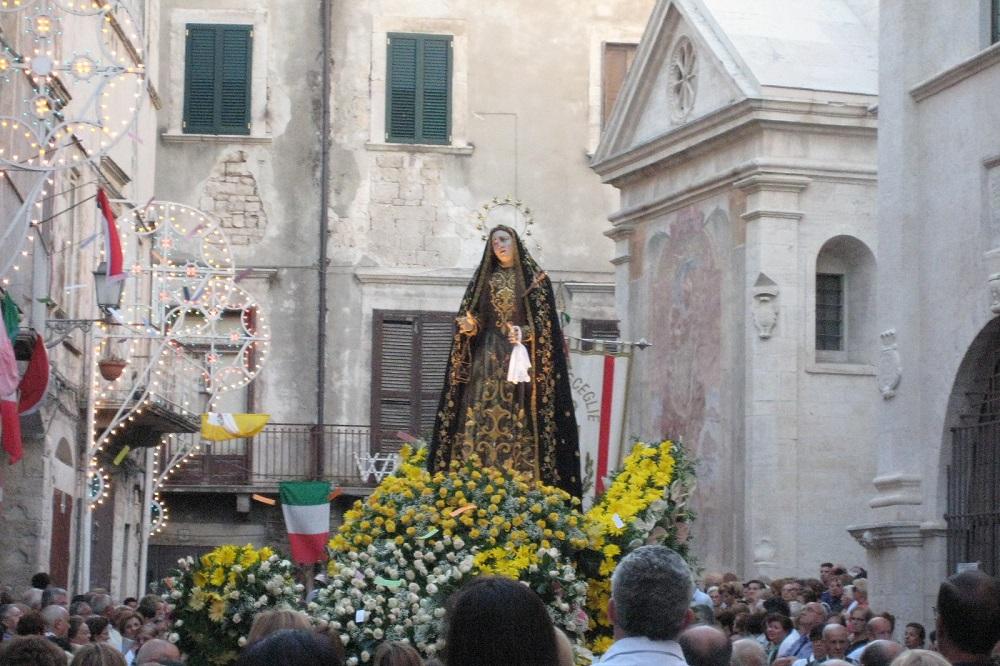 Qual è la differenza tra Venerazione, Devozione e Adorazione?