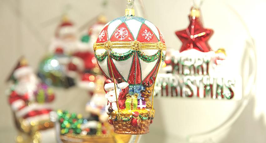 La collezione di decorazioni natalizie in vetro soffiato