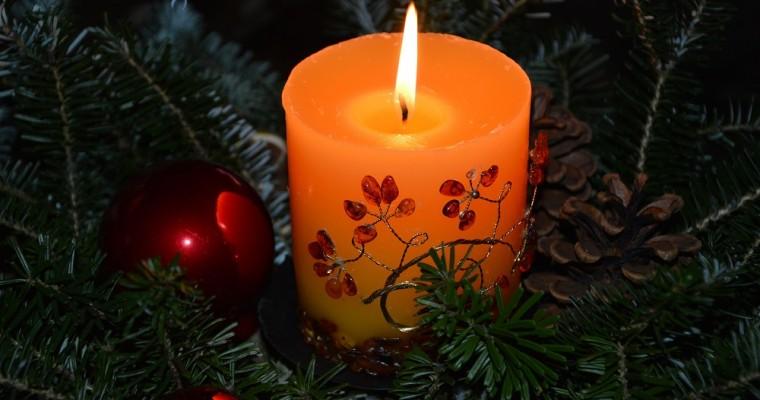 Composizioni natalizie con candele: 5 idee originali per la tua casa